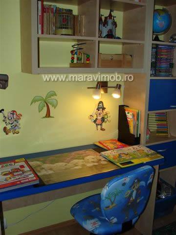 camera baiat lampa birou